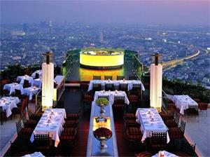 """地上63階のオープンエアレストラン""""sirocco""""(バンコク)。その空間には圧倒される。"""