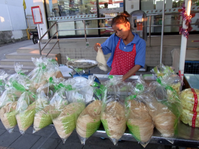 アユタヤの路上で売られるタイ風綿あめ。クレープ風にナンに巻いて食べる。ほのかな甘みと食感が絶品!セブンイレブン前の屋台が一番人気。
